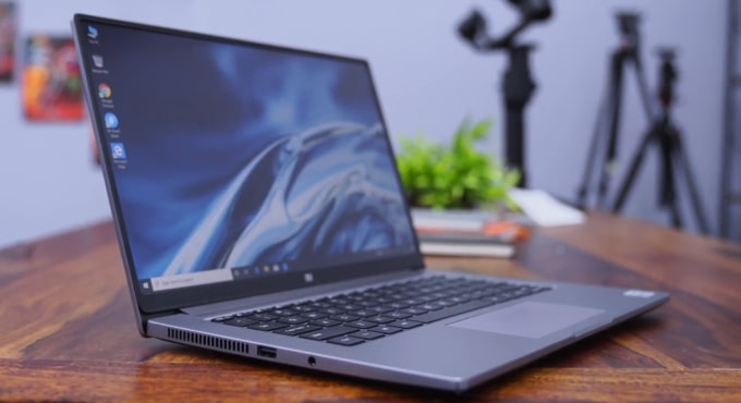 Mi Notebook 14 Horizon laptop on desk.