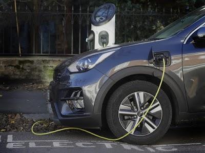 Reino Unido decide antecipar proibição de carros a gasolina e diesel para 2030