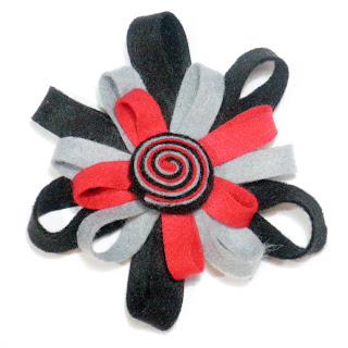 Broche flor fieltro gris y rojo