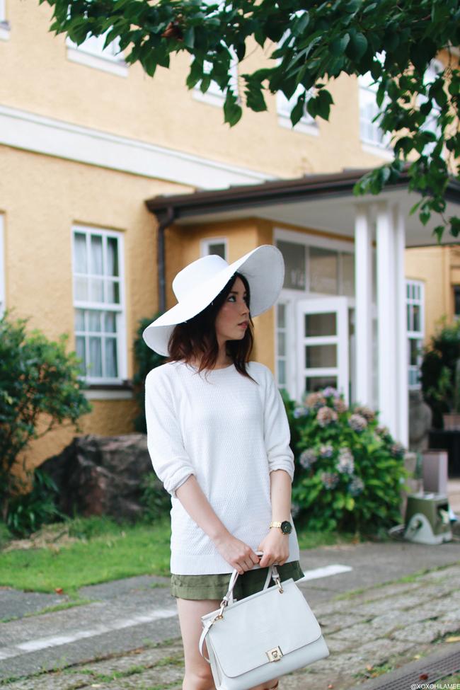 ファッションブロガー日本人、今日のコーディネート、ホワイトサマーニット、H&Mビジューカーキショートパンツ、ブラウンレースアップサンダル、ザラハンドバッグ、H&Mつば広ハット、都会バケーションスタイル