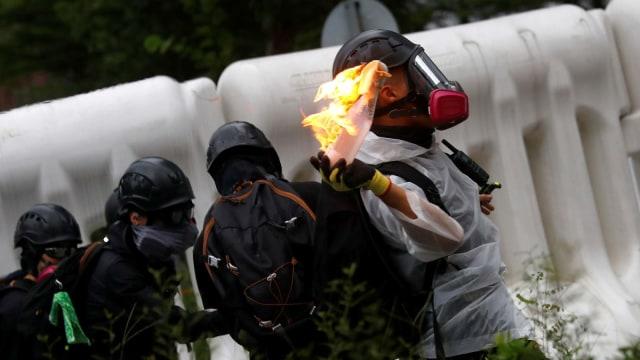 Bom Molotov Dan Bom Air Meramaikan Aksi Demo di Gedung Legeslatif Hongkong