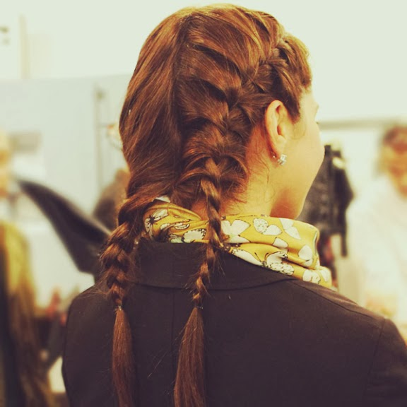 Mujer Madura A La Moda Peinados Casuales Con Trenzas