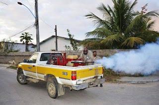 Carro-fumacê contra a dengue pulveriza ruas de Sossego