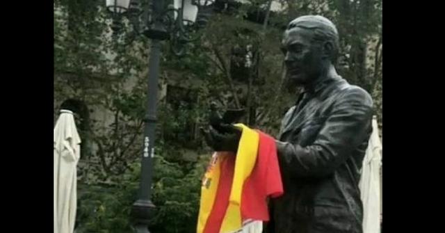 Grupos ultras mancillan la estatua del poeta Federico García Lorca
