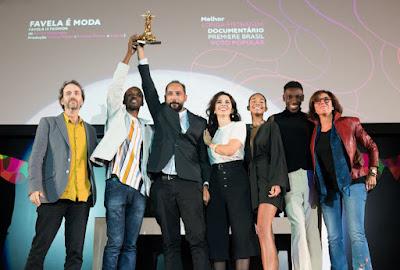 Equipe do documentário 'Favela É Moda' em cerimônia de premiação - Divulgação