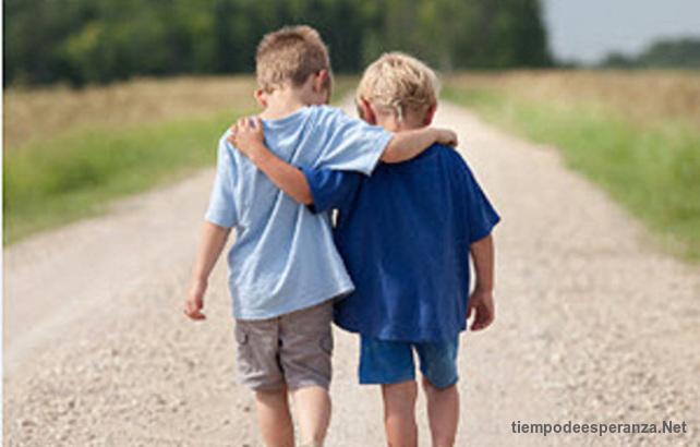 Dos mejores amigos caminando abrazados