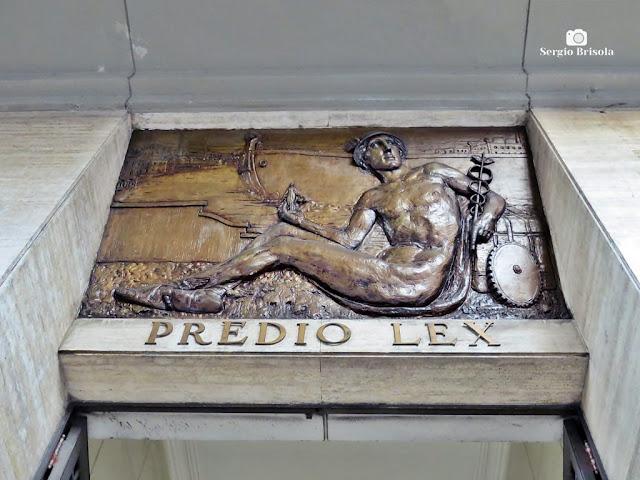 Close-up do Painel em bronze - Prédio Lex - Sé - São Paulo