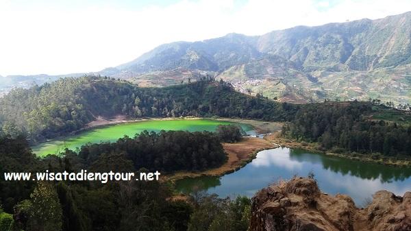 foto telaga warna dari atas bukit ratapan angin