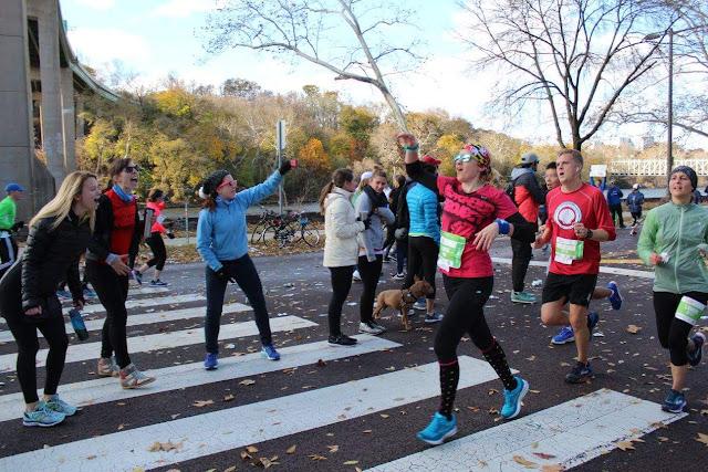 philadelphia-marathon-2017-cheer-station