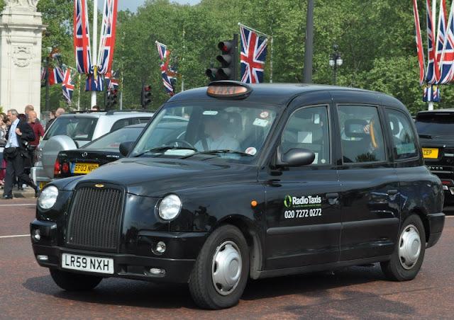 famosos táxis pretos característicos de Londres