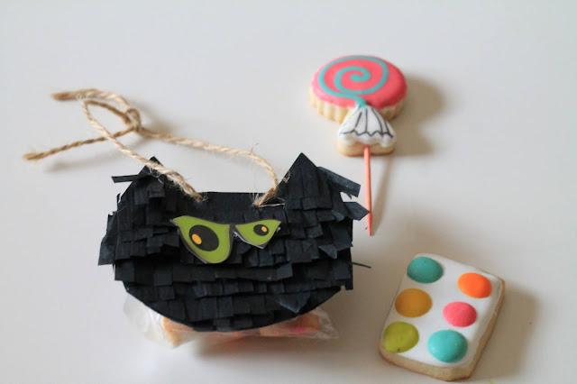 Piñata favor @www.thecookiecouture.com