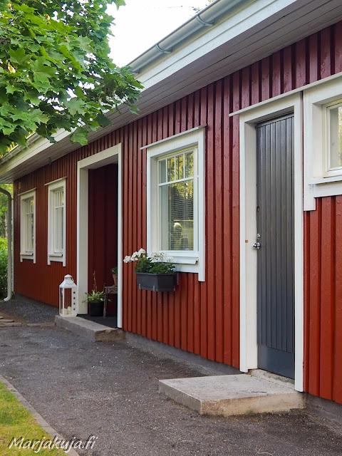 Punaisen puutalon julkisivun huoltomaalaus, räystäiden vaihto sekä varastojen ovien maalaus.