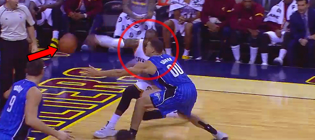 LeBron James CRAZY Wrap Around Pass!!! (VIDEO)