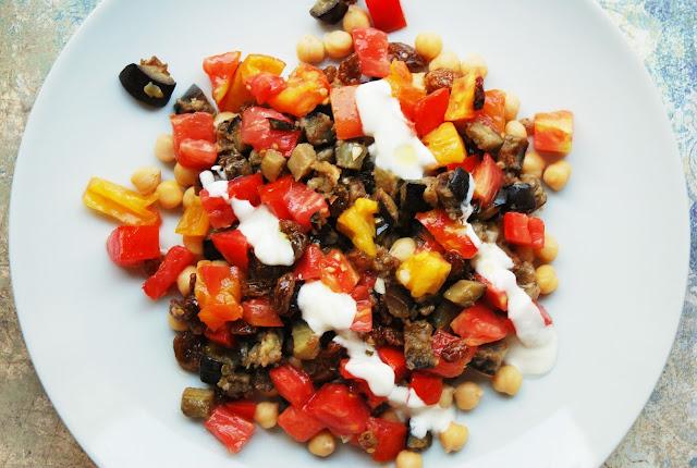 Salade d'aubergines, pois chiches, tomates et raisins secs