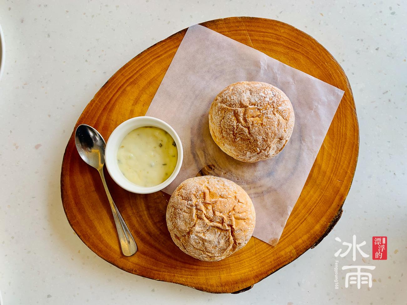 榕堤水灣淡水店 麵包非常好吃,口味偏軟,加上特條奶油醬,超級討喜。