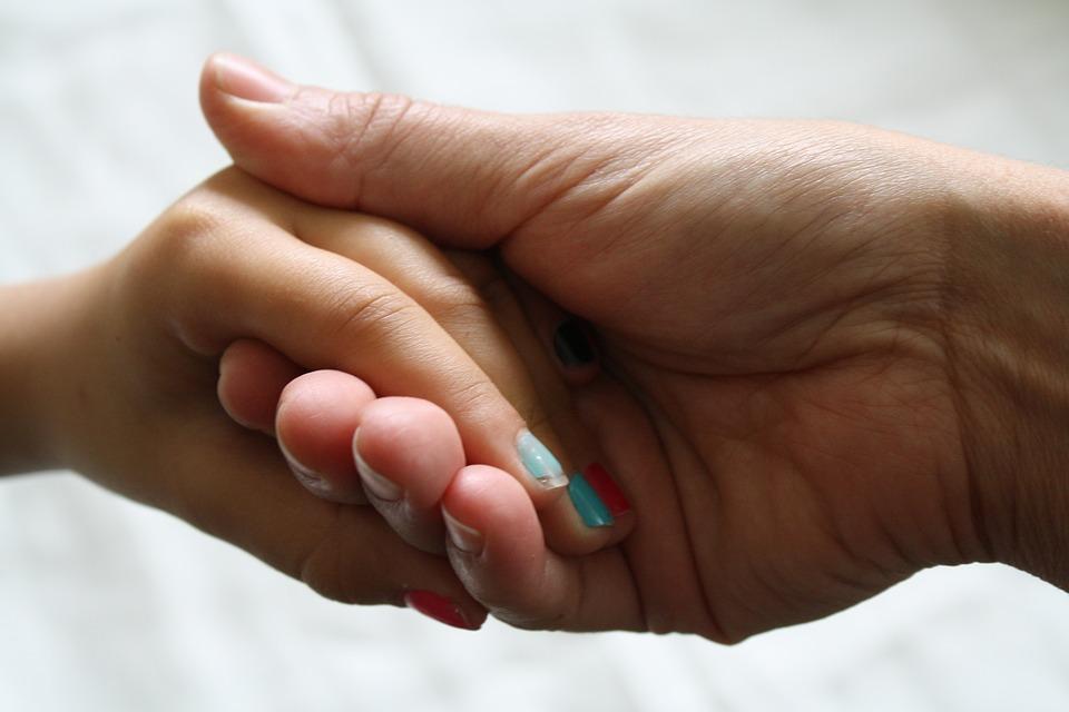 nails-woman-family-familia-recem-nascido-bebê-criança-mãe-maternidade-pai-amor-mulher-choro-filhos- mãe-e-filha-segurando-as-mãos