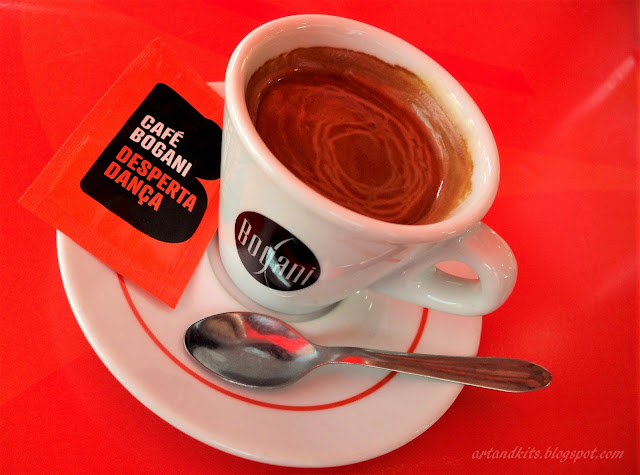 E agora... apetecia-me um café... Com açúcar... e um toque de classe... / And now... I feel like a cup of coffee... With sugar... and a touch of class...