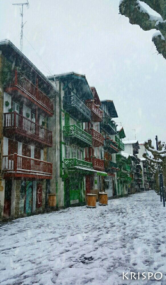 tipicas casas de la calle san pedro de hondarribia tras la nieve