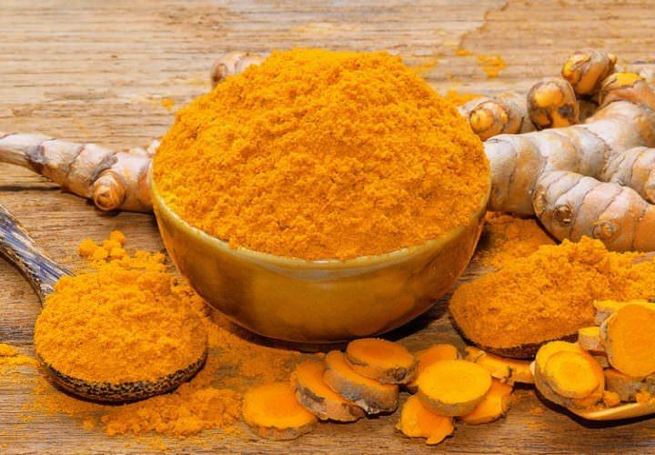 As raízes da Açafrão (Cúrcuma) Esta especiaria contém curcumina, uma substância química natural que tem propriedades anti-inflamatórias, e anti-câncer.