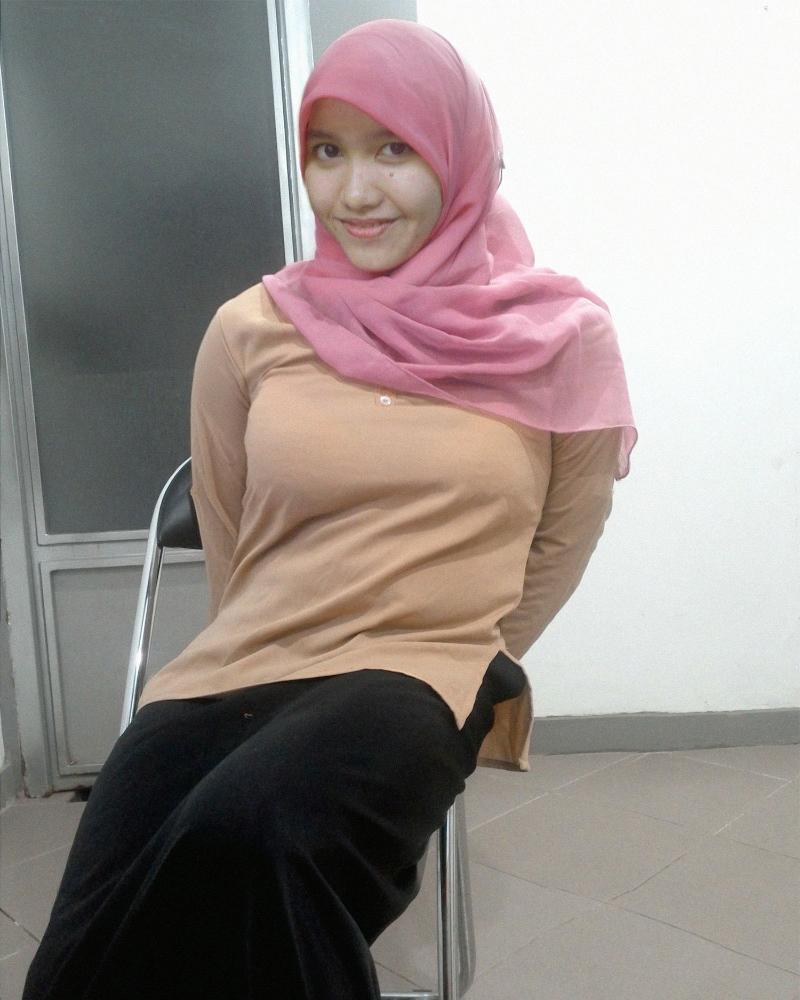 OOTD mahasisiw manis dan cantik di dalam kelas pakai jilbab pink