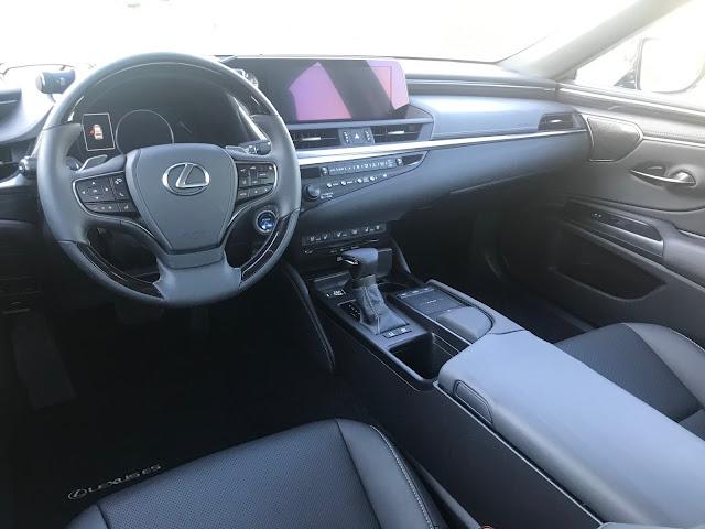 Instrument panel in 2020 Lexus ES 300h