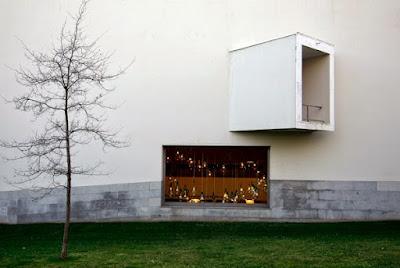 Fachada do Museu de Arte Contemporânea do Porto e uma árvore no período do inverno