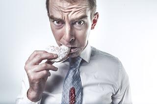 Los hábitos alimentarios de mi esposo no son muy sanos, y tampoco hace ejercicio.