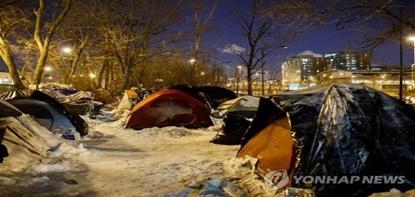 혹한 속의 천사.. 노숙자 70명 호텔 투숙비 지불