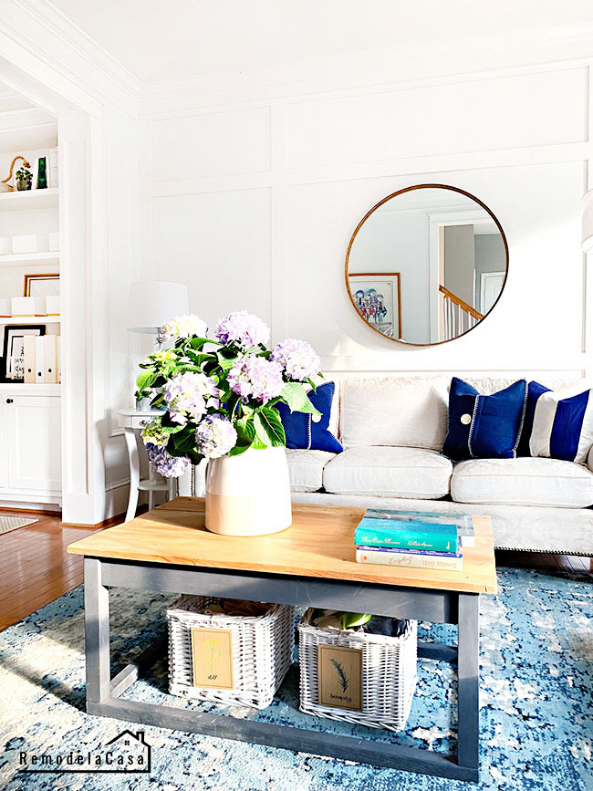 Living room in navy blue and white
