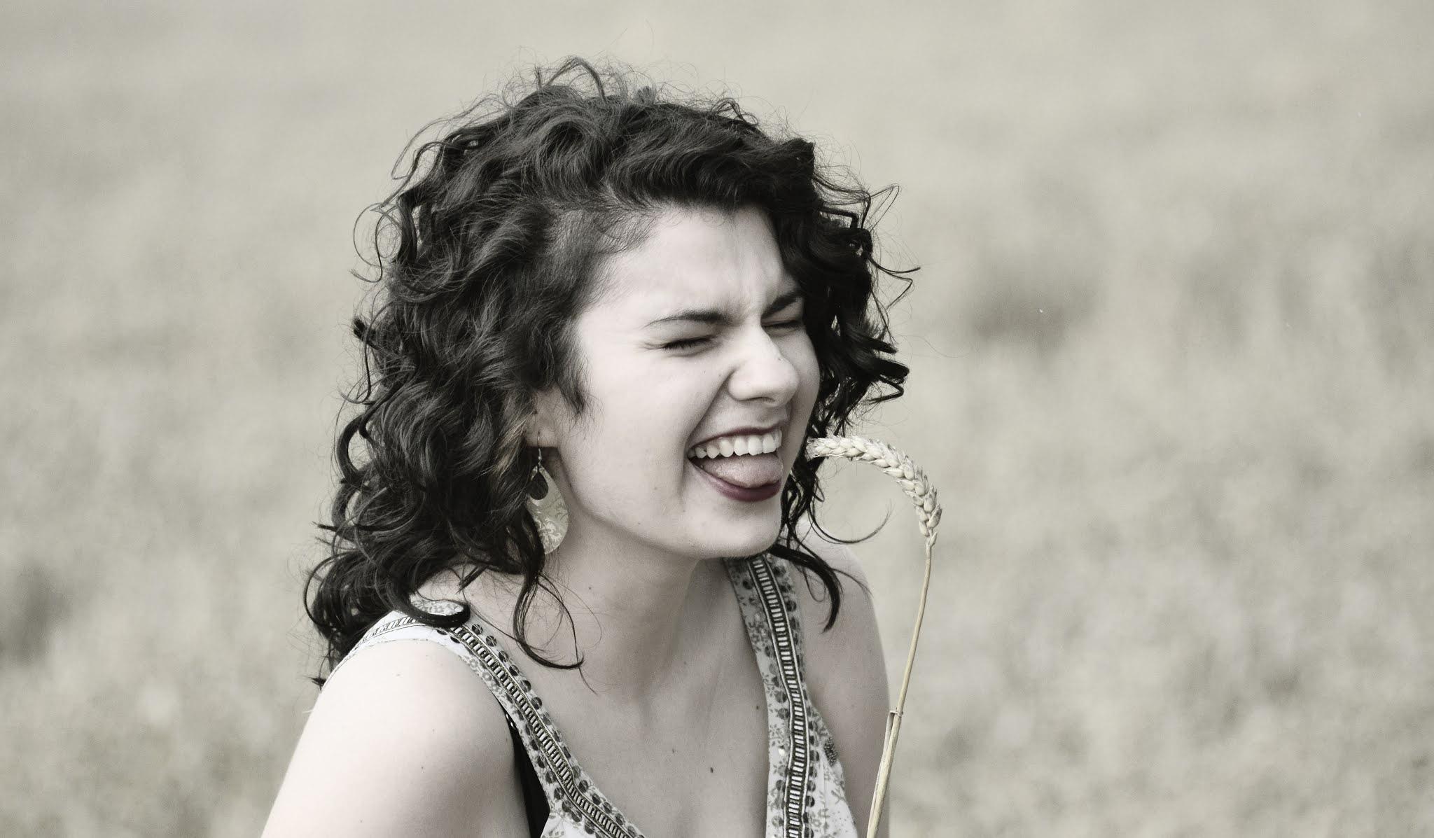 optymizm | loki | włosy | kręcone | czarne | śmiech | pozytywnie