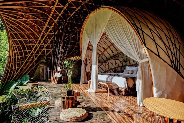 Đây là một khách sạn cổ điển sang trọng, cung cấp một trải nghiệm thực sự độc đáo và khó quên. Những người tạo ra khu nghỉ mát kết hợp truyền thống với hiện đại đã đạt được những hiệu quả tốt nhất. Khách được lưu trú trong các biệt thự bằng gỗ tếch cổ Java, được xây dựng 100 năm trước và hiện được phục hồi để hoàn toàn phù hợp với chất lượng đẳng cấp thế giới. Khu nghỉ dưỡng được bao quanh với những khu vườn tươi tốt, giúp kết nối và hòa mình với thiên nhiên.