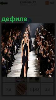 На подиуме проходят девушки, демонстрируя новые модные платья