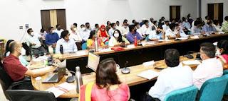 कलेक्टर श्री द्विवेदी ने साप्ताहिक समीक्षा बैठक में अधिकारियों को दिए निर्देश