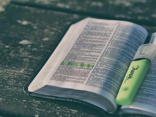 """DETIKBATAK.COM(23/12/2019) 5 Pertanyaan Tentang Iblis Dan Jawabanya Menurut Alkitab.  Bagaimana Sifat-sifat Iblis Menurut Alkitab?Tentunya bagi kita Agama Kristen Harus memahami konteks ini di dalam Alkitab.    Sebagai Manusia Ciptaan Tuhan Yang Paling Mulia Di dunia ini Tentunya Kita tidak jarang Bertanya Pada Hati dan pikiran Kita tentang Bagaimana Hubungan dan pengaruh Iblis bagi Kehidupan Iman Kristen itu sendiri.      Bagaimana Sifat-sifat Iblis Menurut Alkitab?Tentunya bagi kita Agama Kristen Harus memahami konteks ini di dalam Alkitab.    Sebagai Manusia Ciptaan Tuhan Yang Paling Mulia Di dunia ini Tentunya Kita tidak jarang Bertanya Pada Hati dan pikiran Kita tentang Bagaimana Hubungan dan pengaruh Iblis bagi Kehidupan Iman Kristen itu sendiri.       Jawaban Alkitab Dari 5 Pertanyaan tentang Iblis Berikut Jawabanya menurut Alkitab Kristen.   Apakah Iblis Dapat Mengetahui Pikiran dan Hati Kita?   Bagaimana tipu daya iblis menurut alkitab?  Bagaiman sifat iblis menurut alkitab?  bagaimana cara kerja iblis menurut alkitab?  Bagaiman iblis bisa membaca pikiran?   Banyak diantara kita yang gagal dalam memahami konteks yang sudah di jabarkan didalam Ayat-ayat Alkitab tentang Iblis.    Untuk menjawab Pertanyaan ini,berikut Penjabaran Sifat-sifat Iblis Menurut Alkitab:    Alkitab mengajarkan bahwa Iblis tidak dapat mengetahui pikiran dan hati kita. Hanya Allah yang mahatahu. Dalam 1 Raja-Raja 8:39b Raja Salomo berdoa kepada TUHAN: """"karena engkau mengenal hatinya--sebab Engkau sajalah yang mengenal hati semua anak manusia, --"""" Sifat mahatahu ini dalam teologi termasuk sifat ilahi yang tidak dapat diberikan kepada ciptaan. Alkitab pun memberi kesaksian bahwa Iblis maupun para malaikat tidak mahatahu. Rasul Petrus mengajarkan bahwa para malaikat kudus ingin mengetahui berita baik keselamatan di dalam Kristus Yesus (1 Petrus 1:12). Iblis juga pernah salah memperkirakan pikiran dan isi hati Ayub kepada TUHAN (Ayub 1:9-11).    Apakah kebenaran ini menjadi alasan bagi kita"""