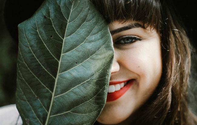 Volto di ragazza guarita dall'acne con i rimedi naturali