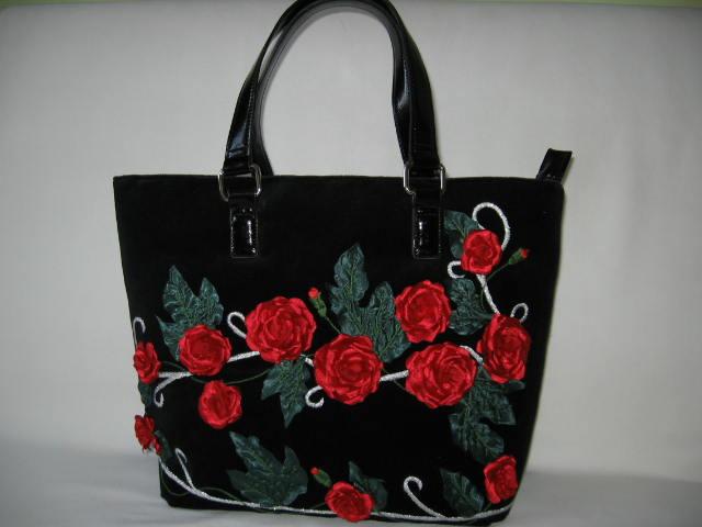 b1c55f657b8b7 Tym razem torebka jest zdominowana przez wykonane ręcznie czerwone róże.Jako  królowa kwiatów króluje na torebce niepodzielnie. Do ozdobienia torebki  użyłam ...