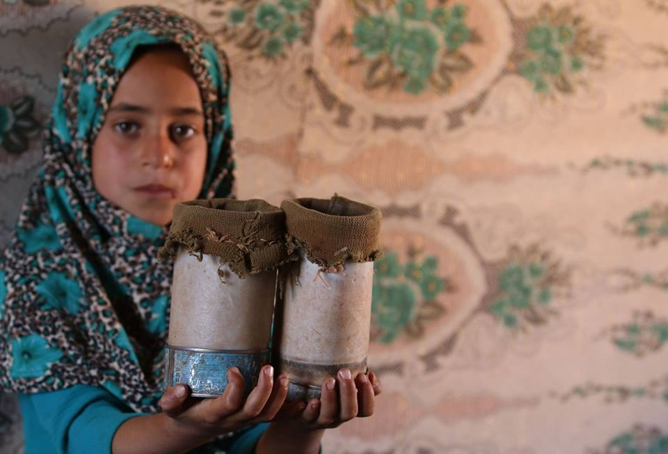 8-year-old Syrian girl uses tin cans as legs