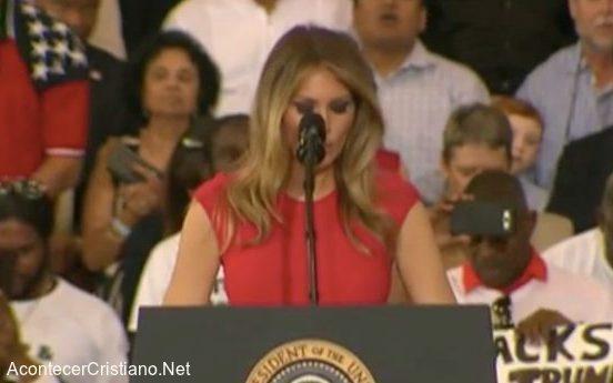 Melania Trump ora en público