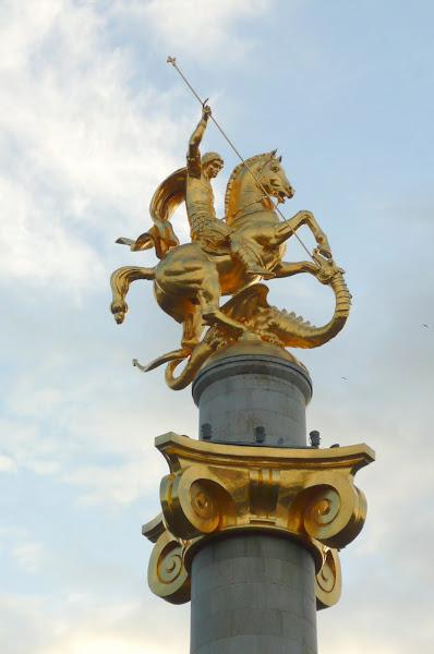 La estatua de San Gorje en el centro de la ciudad Tbilisi