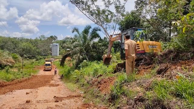 Keren! Kepala Desa Ini Kerahkan Truk dan Eskavator Pribadi Untuk Perbaiki Jalan