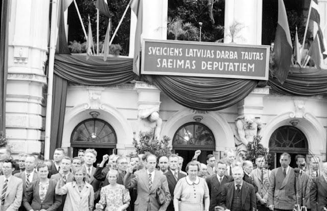 21 июля 1940 года. Рига. Депутаты вновь избранного Народного Сейма возле Национального театра