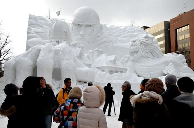 Porównanie wielkości śnieżnej rzeźby do ludzi