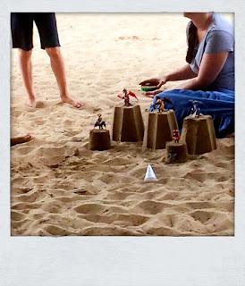 mehrere gebaute Sandburgen