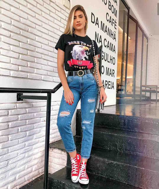Calça mom jeans destroyed, tshirt preta e all star vermelho de cano médio