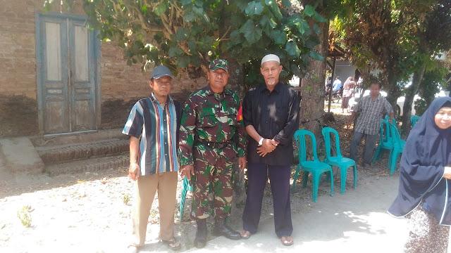 Ikut Berbela Sungkawa Babinsa Hadiri Acara Pemakaman Di Desa Binaan