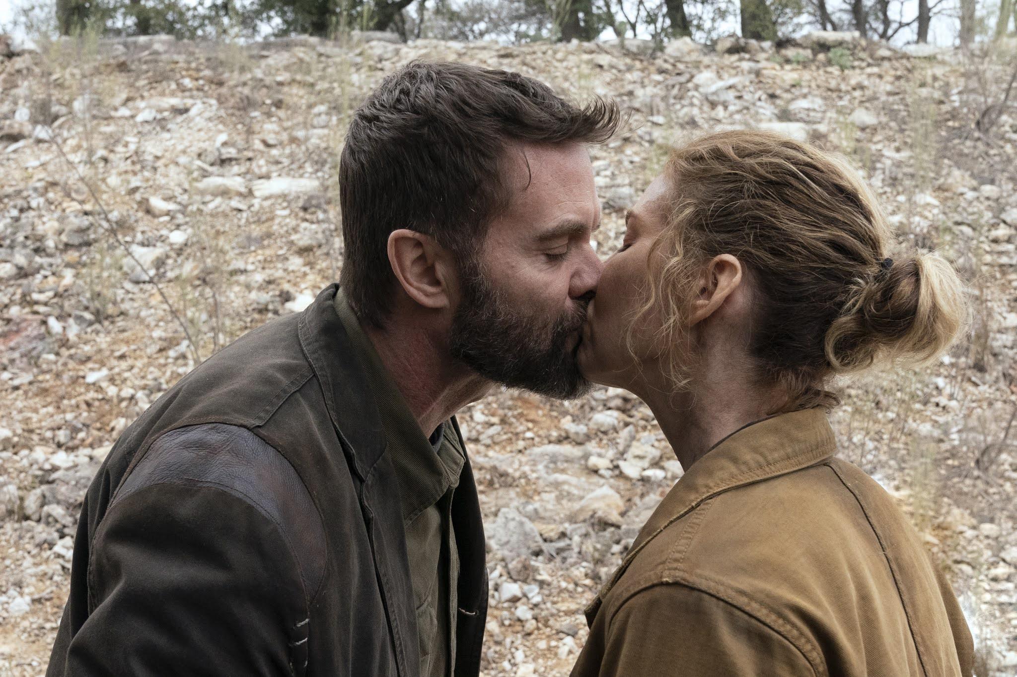 June y John se besan en el episodio 6x06 de Fear The Walking Dead