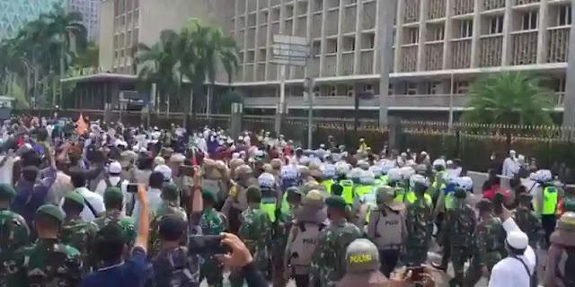 Ribuan orang ikut dalam aksi 1812 di Jakarta. Tetapi, banyak warga yang datang dari luar Jakarta tidak bisa masuk karena dicegat oleh petugas. Aksi ini sendiri dibubarkan oleh aparat keamanan.