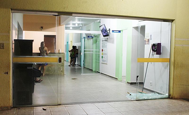 Panorama noticia rapaz alterado quebra a porta blindex do for O rapaz a porta