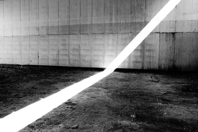 """Spojrzenie tak śmiałe, że nawet nie śniło się malarzom - esej o fotografii odklejonej. """"Spojrzenie"""". fot. Łukasz Cyrus, 2016-2020."""