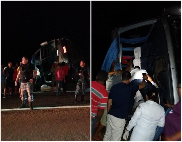 Ônibus tomba na BR-316 em Santa Luzia do Paruá; várias pessoas ficaram feridas
